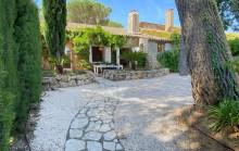 Sous compromis avec RMSbyc- Maison en pierre de plain pied au coeur d'un domaine verdoyant avec piscines et tennis